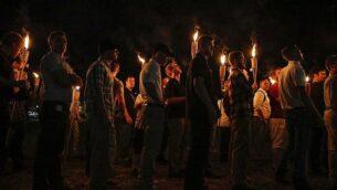 توضيحية: في هذه الصورة من 11 أغسطس، 2017، تسير مجموعات قومية بيضاء متعددة في مسيرة مشاعل عبر حرم جامعة فيرجينيا في مدينة تشارلوتسفيل بولاية فيرجينيا. (Mykal McEldowney/The Indianapolis Star via AP)
