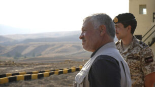 العاهل الأردني الملك عبد الله الثاني يقوم بجولة في منطقة الباقورة (نهراييم) التي استأجرتها إسرائيل سابقًا، مع ولي العهد الأمير حسين وضباط الجيش، الاثنين 11 نوفمبر ، 2019. (Yousef Allan/Jordanian Royal Court via AP)