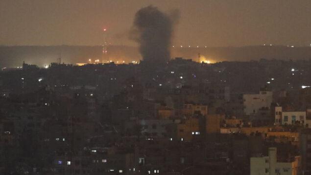 صورة توضيحية: انفجار ناتج عن غارات جوية إسرائيلية في مدينة غزة، 14 نوفمبر 2019. (Adel Hana/AP)