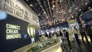 أشخاص يزورون جناح معرض دبي إكسبو 2020 في معرض سيتي سكيب العالمي، في دبي، الإمارات العربية المتحدة ، 11 سبتمبر 2017. (Kamran Jebreili/AP)