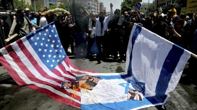 متظاتهرون إيرانيون يحرقون الأعلام الإسرائيلية والأمريكية في تجمعهم السنوي المناهض لإسرائيل، مسيرة يوم القدس في طهران، إيران، الجمعة 8 يونيو 2018. (AP / Ebrahim Noroozi)