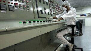 تقني في مرفق تحويل اليورانيوم خارج مدينة أصفهان الإيرانية، على بعد 255 ميلاً (410 كيلومترات) جنوب العاصمة طهران، 3 فبراير 2007. (AP/ Vahid Salemi /File)