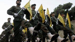 مقاتلون في منظمة 'حزب الله' خلال مسيرة لافتتاح مقبرة جديدة لمقاتلي المنظمة الذين قُتلوا خلال الحرب مع إسرائيل، في الضاحية الجنوبية لبيرت، 12 نوفمبر، 2010.  (AP Photo/Hussein Malla, File)