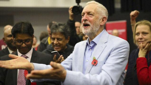 زعيم حزب 'العمال' البريطاني، جيريمي كوربين، يشارك في تجمع انتخابي في سويندون، إنجلترا، 2 نوفمبر، 2019. (Aaron Chown/PA via AP)