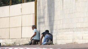 أشخاص يختبئون خلال صفارات الإنذار من الغارات الجوية في سديروت، جنوب إسرائيل، 13 نوفمبر 2019. (AP / Ariel Schalit)