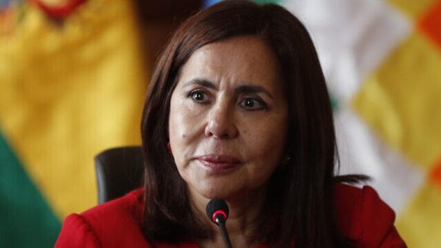وزيرة الخارجية البوليفية، كارين لونغاريك، تحضر مؤتمرا صحفيا لتقديم سفير البلاد الجديد لدى الولايات المتحدة، في مقر وزارة الخارجية في لاباز، بوليفيا، 28 نوفمبر، 2019.  (AP Photo/Juan Karita)