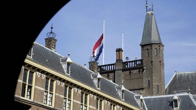 علم يرفرف فوق مبنى 'بيننهوف'، مقر الحكومة الهولندية، في لاهاي، هولندا، 18 يوليو، 2014.  (AP Photo/Phil Nijhuis)