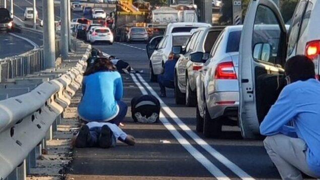 إسرائيليون يختبئون من إطلاق الصواريخ على الطريق 4 بالقرب من ريشون لتسيون، 12 نوفمبر 2019. (Exposure Photography School)