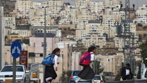صورة توضيحية: فتيات يهوديات متشددات في طريقهن إلى المدرسة في مستوطنة بالضفة الغربية ، أكتوبر 2009 (Nati Shohat / Flash90)