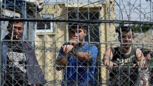 توضيحية: أسرى أمنيون فلسطينيون في سجن عوفر، شمال القدس، 20 أغسطس، 2008.  (Moshe Shai/Flash90/File)