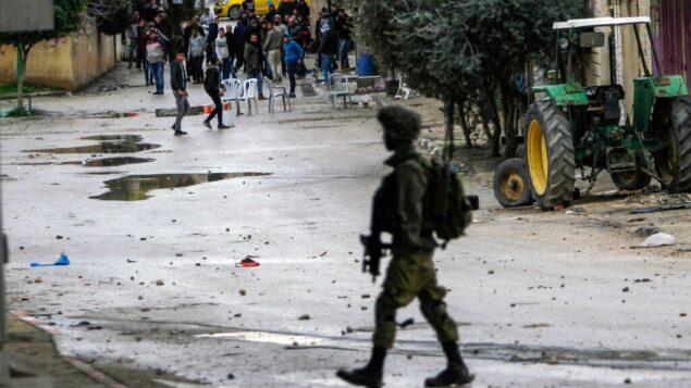 صورة توضيحية: فلسطينيون يشتبكون مع جنود إسرائيليين في مدينة جنين بالضفة الغربية، 18 يناير 2018. (Nasser Ishtayeh/Flash90)