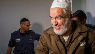 الشيخ رائد صلاح، زعيم الفرع الشمالي للحركة الإسلامية في إسرائيل، يصل إلى جلسة في محكمة الصلح في حيفا، 26 فبراير، 2018.  (Flash90)