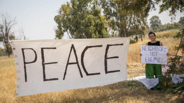 """لافتة """"سلام"""" معلقة في حقل بالقرب من الحدود مع غزة، حيث تظاهر الآلاف من الفلسطينيين بالقرب من الحدود مع إسرائيل في قطاع غزة، 6 أبريل 2018. (Hadas Parush / Flash90)"""