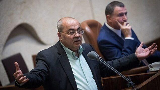 """عضو الكنيست أحمد الطيبي يلقي كلمة خلال جلسة خاصة للكنيست بكامل هيئتها لمناقشة مشروع قانون """"الدولة القومية""""، 8 أغسطس، 2018.  (Yonatan Sindel/Flash90)"""