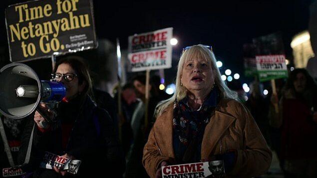 إسرائيليون يحتجون على فساد الحكومة ويطالبون باستقالة رئيس الوزراء بنيامين نتنياهو في ساحة 'هابيما' في تل أبيب، 2 مارس 2019 (Tomer Neuberg/Flash90)