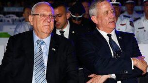 رئيس الدولة رؤوفين ريفلين (يسار) ورئيس حزب 'أزرق أبيض'، بيني غانتس، يشاركان في مراسم لإحياء يوم ذكرى المحرقة في كيبوتس يد مردخاي بجنوب إسرائيل، 2 مايو، 2019.  (Flash90)