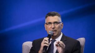 عضو الكنيست غدعون ساعر (الليكود) يتحدث خلال مؤتمر لشركة الإخبار الإسرائيلية في تل أبيب، 5 سبتمبر، 2019.  (Hadas Parush/Flash90)