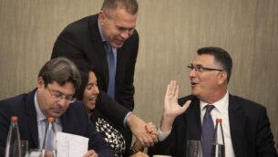 عضو الكنيست غدعون ساعر (يمين) وغلعاد إردان (الثاني من اليمين) وميري ريغيف (الثاني من اليسار) وأوفير أكونيس (يسار) في جلسة لحزب الليكود في القسد، بعد الإعلان عن نتائج الإنتخابات، 18 سبتمبر، 2019.  (Hadas Parush/Flash90)