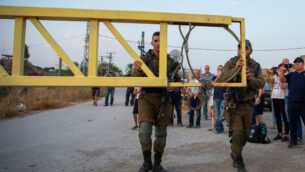 جنود إسرائيليون يغلقون البوابة المؤدية إلى 'واحة السلام' في الباقورة (نهاراييم)، 9 نوفمبر 2019. (Basel Awidat / Flash90)