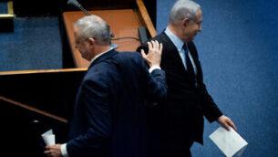 رئيس الوزراء بنيامين نتنياهو (يمين) ورئيس حزب 'أزرق أبيض'، بيني غانتس، في مراسم إحياء الذكرى ال24 لاغتيال رئيس الوزراء الأسبق، يتسحاق رابين، في الكنيست، 10 نوفمبر، 2019.  (Yonatan Sindel/Flash90)