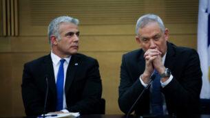 زعيما حزب 'أزرق أبيض'، بيني غانتس (يمين) ويائير لابيد في اجتماع للحزب في الكنيست، 18 نوفمبر 2019 (Hadas Parush/Flash90)