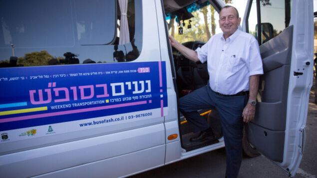 رئيس بلدية تل أبيب رون حولداي يقف لالتقاط صورة في حفل إطلاق لحافلات عامة جديدة شتعمل ايام السبت، 20 نوفمبر 2019. (Miriam Alster/FLASH90)
