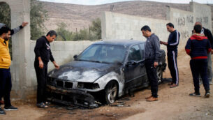 رجال فلسطينيون يتفقدون مركبة حُرقت في ما يُشتبه بأنها جريمة كراهية وقعت في قريدة بيت دجن بشمال الضفة الغربية، 22 نوفمبر، 2019.  (Nasser Ishtayeh/Flash90)