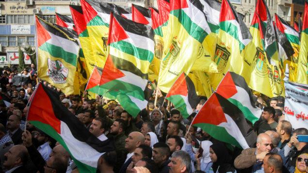 متظاهرون فلسطينيون يحتجون على الموقف الأمريكي من المستوطنات الإسرائيلية، في مدينة نابلس بالضفة الغربية، 26 نوفمبر 2019. (Nasser Ishtayeh/Flash90)