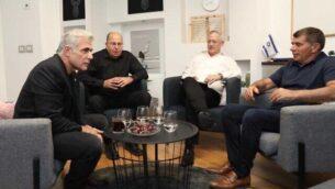 قادة حزب 'أزرق أبيض'، من اليسار: يائير لابيد وموشيه يعالون وبيني غانتس وغابي أشكنازي خلال اجتماع لمناقشة المفاوضات الإئتلافية الجارية في 17 نوفمبر، 2019.  (Courtesy/Elad Malka)