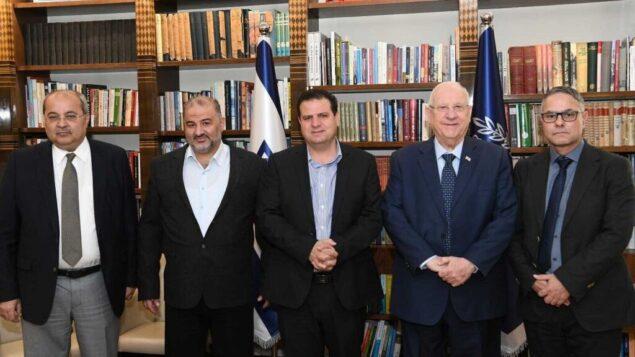 (من اليمين) عضو الكنيست من القائمة المشتركة مطانس شحادة، الرئيس رؤوفين ريفلين، اعضاء الكنيست من القائمة المشتركة أيمن عودة، منصور عباس، وأحمد طيبي خلال اجتماع في مقر الرئيس في القدس، 20 نوفمبر 2019. (Amos Ben Gershom/GPO)