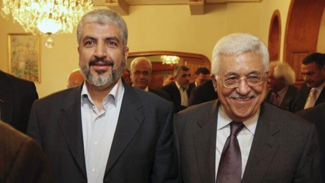 قائد حماس خالد مشعل، يسار، مع رئيس السلطة الفلسطينية محمود عباس. (AP)
