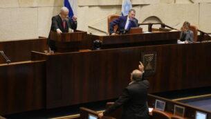 عضو الكنيست عن 'القائمة المشتركة'، أحمد الطيبي (أسفل الصورة) في مواجهة مع رئيس الوزراء بنيامين نتيناهو (يسار) خلال جلسة للهيئة العامة للكنيست حول غزة، 13 نوفمبر، 2019.  (Adina Wellman/Knesset spokesperson's office)