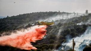 طائرة إطفاء تحاول إخماد حريق بالقرب من بلدة تسور هداسا، خارج القدس، 10 نوفمبر، 2019. (Yonatan Sindel/Flash90)