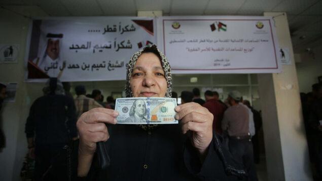 فلسطينيون يتلقون مساعدات مالية من قطر في مكتب بريد في مدينة غزة، 27 نوفمبر 2019. (Hassan Jedi/Flash90)