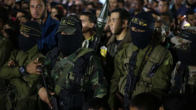 عناصر حركة الجهاد الإسلامييحضرون تشييع جثمان احد وملائهم الذي قُتل في اشتباكات مع إسرائيل، 15 نوفمبر 2019. (Hassan Jedi/Flash90)