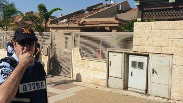 ضباط شرطة يصلون إلى منزل في بلدة نتيفوت الجنوبية أصيب بصاروخ أطلق من قطاع غزة، 12 نوفمبر 2019. (Israel Police)