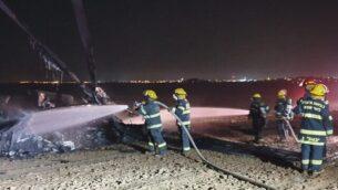 عناصر إطفاء تعمل على إخماد حريق مروحية قامت بهبوط إضراري في حقل خارج مدينة رهط بالنقب، 26 نوفمبر، 2019. (Fire and Rescue Services)