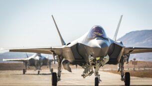 طائرتان مقاتلتان من طراز F-35 في قاعدة نيفاتيم الجوية في جنوب إسرائيل تصل من الولايات المتحدة، 14 يوليو 2019. (Israel Defense Forces)