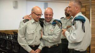العميد جنرال زيف أفتاليون (يسار) يستلم منصبه كرئيس جديد لإدارة التحول الرقمي في الجيش الإسرائيلي في مراسم أقيمت في مقر الجيش بتل أبيب، 7 نوفمبر، 2019.  (Israel Defense Forces)