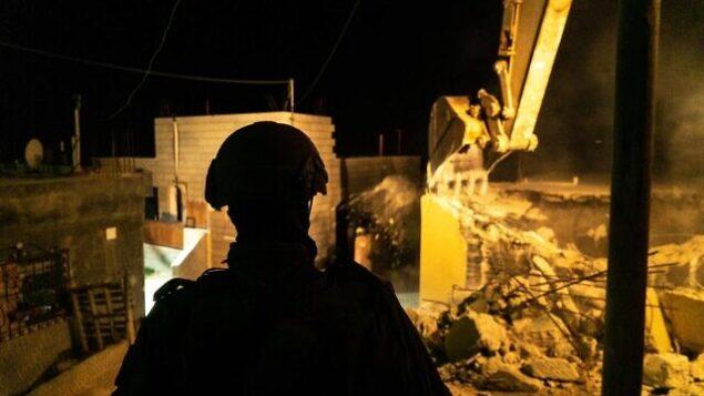 القوات الإسرائيلية تهدم منزل فلسطيني متهم بقتل طالب معهد ديني في هجوم وقع في الصيف الماضي، في قرية بيت كاحل بجنوب الضفة الغربية، 28 نوفمبر، 2019. (Israel Defense Forces)