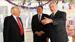 وزير الخارجية الأمريكي مايك بومبيو يقوم بزيارة عريشة (سوكا) رئيس الوزراء، خلال محادثات مع رئيس الوزراء بنيامين نتنياهو في 18 أكتوبر، 2019. من اليسار يقف السفير الأمريكي لدى إسرائيل، ديفيد فريدمان. (Amos Ben Gershom / GPO)