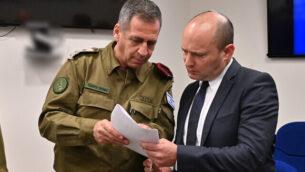 وزير الدفاع نفتالي بينيت (يمين) يلتقي برئيس هيئة أركان الجيش الإسرائيلي، أفيف كوخافي، في 13 نوفمبر، 2019. (Ariel Hermoni/Defense Ministry)