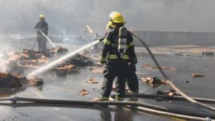 رجال اطفاء يحاولون اخماد نيران في منطقة صناعية بالقرب من مدينة رهط البدوية الجنوبية، 18 نوفمبر 2019. (Fire and Rescue Services)