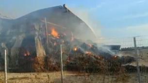 احتراق قش في موشاف نهلال بشمال البلاد، 11 نوفمبر، 2019. (Fire and Rescue Services/Twitter screenshot)