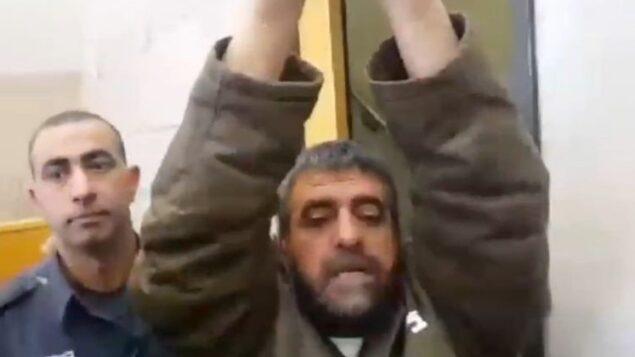 صدقي المقت، المسجون بتهمة التجسس لصالح سوريا، يرفع ذراعيه وهو يتحدث إلى صحفيين، 27 مارس 2015 (Screen capture: Channel 2)