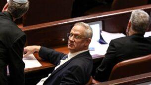 رئيس حزب أزرق أبيض بيني غانتز (يمينًا) مع أعضاء الكنيست الآخرين بينما تناقش الكنيست حلها في وقت متأخر من يوم 11 ديسمبر2019 Gali TIBBON / AFP