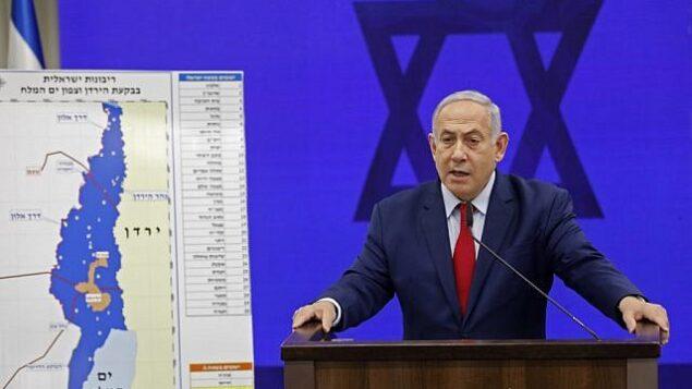 رئيس الوزراء بنيامين نتنياهو يدلي ببيان وهو يقف أمام خريطة لغور الأردن، ويتعهد بفرض السيادة الإسرائيلية على غور الأردن ومنطقة شمال البحر الميت، في رمات غان، 10 سبتمبر، 2019. (Menahem KAHANA / AFP)