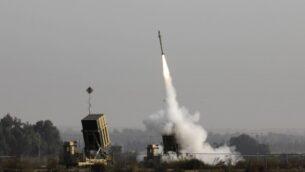 إطلاق صار وخ إسرائيلي من منظومة الدفاع الصاروخي 'القبة الحديدية'، المصممة لاعتراض وتدمير صواريخ قصيرة المدة وقذائف هاون، في مدينة سديروت بجنوب إسرائيل، 12 نوفمبر، 2019.(MENAHEM KAHANA / AFP)