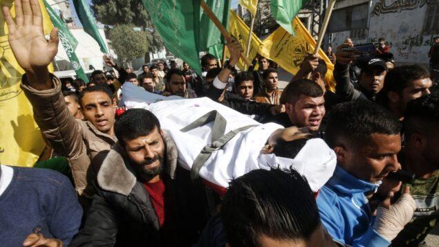 تشييع جثمان الشاب الفلسطيني فهد الأسطل، الذي قُتل في اليوم السابق بالقرب من السياج الحدودي مع إسرائيل، في خان يونس بجنوب قطاع غزة، 30 نوفمبر 2019 (SAID KHATIB / AFP)