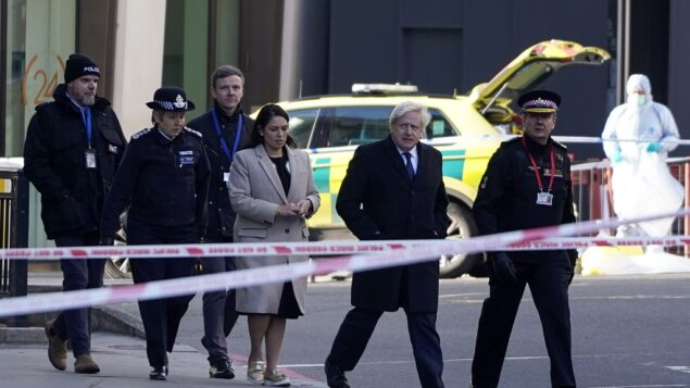 رئيس الوزراء البريطاني بوريس جونسون، وزيرة الداخلية البريطانية بريتي باتل، مفوضة شرطة العاصمة كريسيدا ديك، الثانية من اليسار، وممثل شرطة مدينة لندن، إيان دايسون، إلى اليمين، يصلون إلى مكان طعن على جسر لندن، 30 نوفمبر 2019. (Niklas HALLE'N / AFP)